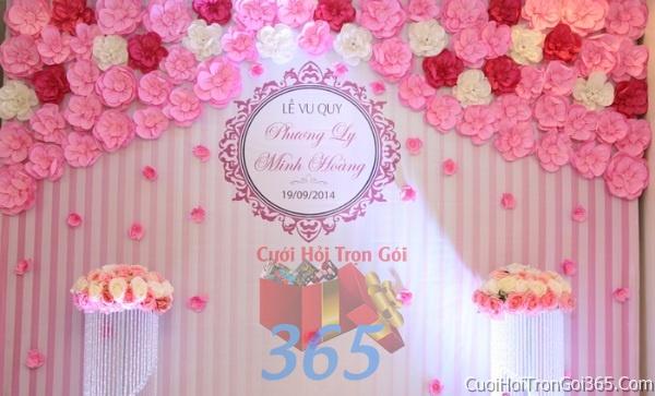Phông cưới backdrop chụp hình đám cưới ngày lễ ăn hỏi làm bằng hoa tươi tông màu trắng hồng BDNH27 : Mẫu cưới hỏi trọn gói 365 của công ty dịch vụ trang trí nhà tiệc cưới hỏi đẹp rẻ uy tín ở tại quận Tân Phú Sài Gòn TPHCM Gò Vấp
