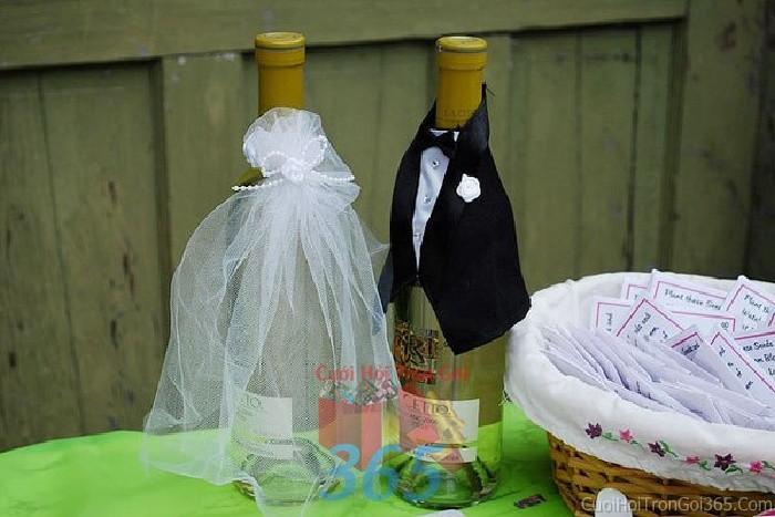 Phụ kiện đám cưới cặp rượu cô dâu chú rể dùng để trang trí bàn ký tên đón khách, không gian tiệc cưới nhà PKC46 : Mẫu cưới hỏi trọn gói 365 của công ty dịch vụ trang trí nhà tiệc cưới hỏi đẹp rẻ uy tín ở tại quận Tân Phú Sài Gòn TPHCM Gò Vấp