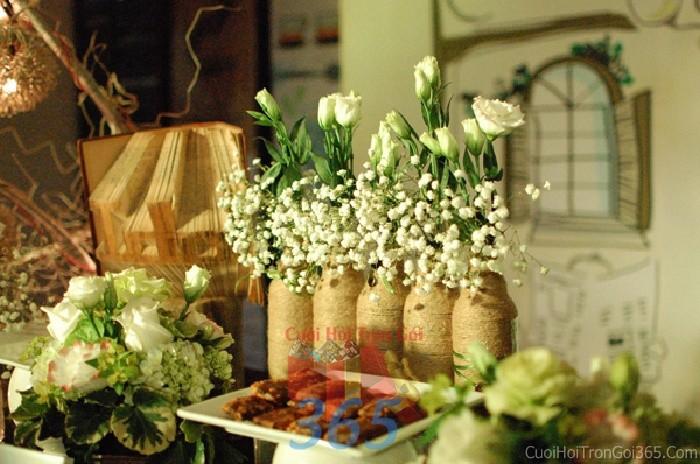 Phụ kiện đám cưới chai lọ kết dây thuần cắm hoa trắng nhỏ xinh dùng để trang trí bàn ký tên đón khách, không gian tiệc cưới nhà PKC40 : Mẫu cưới hỏi trọn gói 365 của công ty dịch vụ trang trí nhà tiệc cưới hỏi đẹp rẻ uy tín ở tại quận Tân Phú Sài Gòn TPHCM Gò Vấp