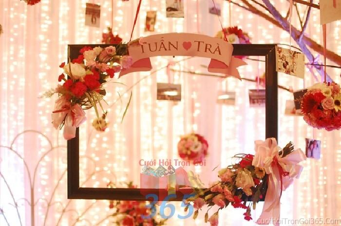 Phụ kiện đám cưới dùng khung bảng tên kết hoa dễ thương để trang trí bàn ký tên đón khách, không gian tiệc cưới nhà PKC47 : Mẫu cưới hỏi trọn gói 365 của công ty dịch vụ trang trí nhà tiệc cưới hỏi đẹp rẻ uy tín ở tại quận Tân Phú Sài Gòn TPHCM Gò Vấp