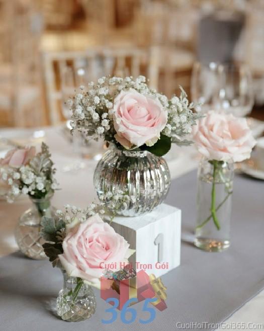 Phụ kiện đám cưới lọ hoa hồng pi trắng nhỏ xinh dùng để trang trí bàn ký tên đón khách, không gian tiệc cưới nhà PKC58 : Mẫu cưới hỏi trọn gói 365 của công ty dịch vụ trang trí nhà tiệc cưới hỏi đẹp rẻ uy tín ở tại quận Tân Phú Sài Gòn TPHCM Gò Vấp