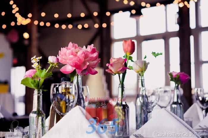 Phụ kiện đám cưới lọ hoa nhỏ xinh tông hồng dùng để trang trí bàn ký tên đón khách, không gian tiệc cưới nhà PKC61 : Mẫu cưới hỏi trọn gói 365 của công ty dịch vụ trang trí nhà tiệc cưới hỏi đẹp rẻ uy tín ở tại quận Tân Phú Sài Gòn TPHCM Gò Vấp