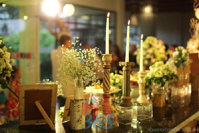 Phụ kiện đám cưới lọ hoa pi trắng nhỏ xinh, nến trang trí dùng để trang trí bàn ký tên đón khách, không gian tiệc cưới nhà PKC63 : Mẫu cưới hỏi trọn gói 365 của công ty dịch vụ trang trí nhà tiệc cưới hỏi đẹp rẻ uy tín ở tại quận Tân Phú Sài Gòn TPHCM Gò Vấp