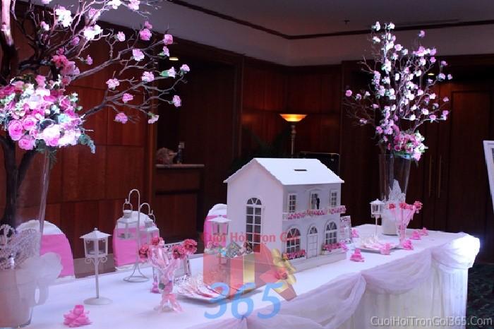 Phụ kiện đám cưới thùng đựng tiền ngôi nhà nhỏ xinh dùng để trang trí bàn ký tên đón khách, không gian tiệc cưới nhà PKC70 : Mẫu cưới hỏi trọn gói 365 của công ty dịch vụ trang trí nhà tiệc cưới hỏi đẹp rẻ uy tín ở tại quận Tân Phú Sài Gòn TPHCM Gò Vấp