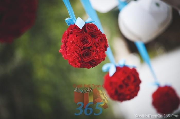 Phụ kiện đám cưới tú cầu đỏ tròn xinh dùng để trang trí bàn ký tên đón khách, không gian tiệc cưới nhà PKC75 : Mẫu cưới hỏi trọn gói 365 của công ty dịch vụ trang trí nhà tiệc cưới hỏi đẹp rẻ uy tín ở tại quận Tân Phú Sài Gòn TPHCM Gò Vấp