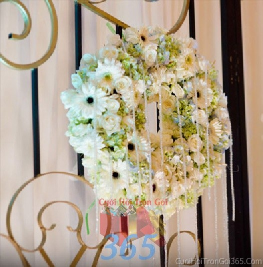 Phụ kiện đám cưới vòng hoa tròn xinh trắng dùng để trang trí bàn ký tên đón khách, không gian tiệc cưới nhà PKC76 : Mẫu cưới hỏi trọn gói 365 của công ty dịch vụ trang trí nhà tiệc cưới hỏi đẹp rẻ uy tín ở tại quận Tân Phú Sài Gòn TPHCM Gò Vấp