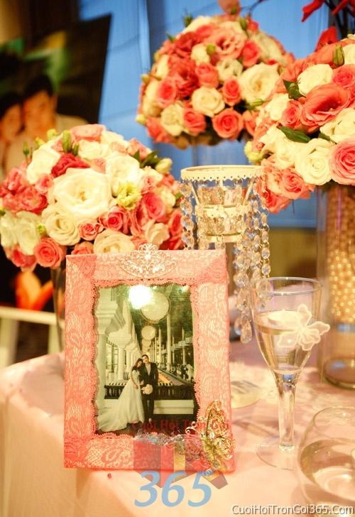 Phụ kiệnkhung hình cưới trang trí đám cưới, không gian tiệc nhà hàng sang trọng ấn tượng PKC39 : Mẫu cưới hỏi trọn gói 365 của công ty dịch vụ trang trí nhà tiệc cưới hỏi đẹp rẻ uy tín ở tại quận Tân Phú Sài Gòn TPHCM Gò Vấp