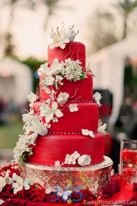 Trang trí bánh kem ngày cưới với hoa tươi tông màu đỏ để trang trí lễ cưới, tiệc cưới nhà hàng TTBC14 : Mẫu cưới hỏi trọn gói 365 của công ty dịch vụ trang trí nhà tiệc cưới hỏi đẹp rẻ uy tín ở tại quận Tân Phú Sài Gòn TPHCM Gò Vấp