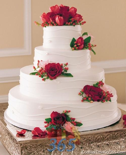 Trang trí bánh kem ngày cưới với hoa tươi tông màu đỏ để trang trí lễ cưới, tiệc cưới nhà hàng TTBC15 : Mẫu cưới hỏi trọn gói 365 của công ty dịch vụ trang trí nhà tiệc cưới hỏi đẹp rẻ uy tín ở tại quận Tân Phú Sài Gòn TPHCM Gò Vấp
