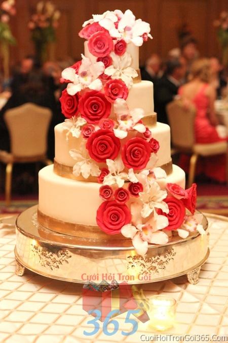 Trang trí bánh kem ngày cưới với hoa tươi tông màu đỏ để trang trí lễ cưới, tiệc cưới nhà hàng TTBC16 : Mẫu cưới hỏi trọn gói 365 của công ty dịch vụ trang trí nhà tiệc cưới hỏi đẹp rẻ uy tín ở tại quận Tân Phú Sài Gòn TPHCM Gò Vấp