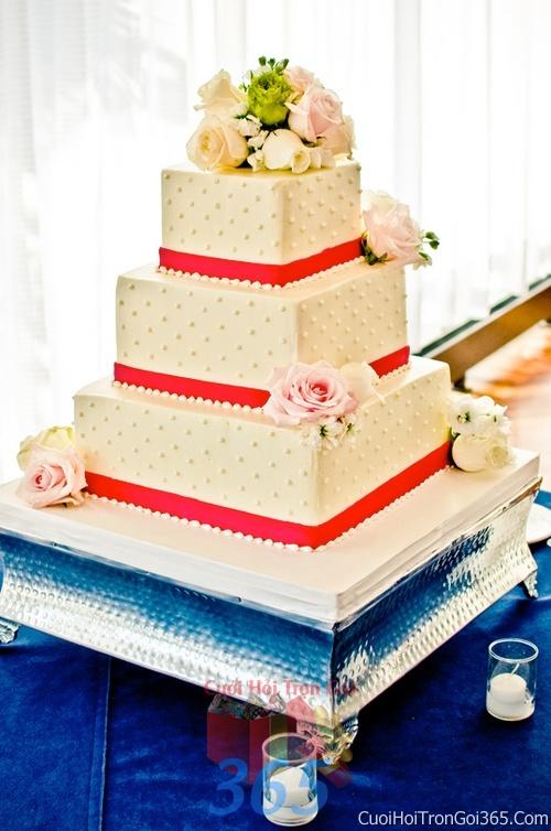 Trang trí bánh kem ngày cưới với hoa tươi tông màu đỏ để trang trí lễ cưới, tiệc cưới nhà hàng TTBC17 : Mẫu cưới hỏi trọn gói 365 của công ty dịch vụ trang trí nhà tiệc cưới hỏi đẹp rẻ uy tín ở tại quận Tân Phú Sài Gòn TPHCM Gò Vấp
