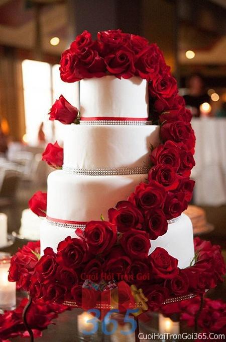 Trang trí bánh kem ngày cưới với hoa tươi tông màu đỏ để trang trí lễ cưới, tiệc cưới nhà hàng TTBC18 : Mẫu cưới hỏi trọn gói 365 của công ty dịch vụ trang trí nhà tiệc cưới hỏi đẹp rẻ uy tín ở tại quận Tân Phú Sài Gòn TPHCM Gò Vấp