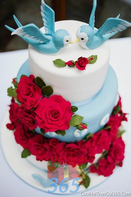 Trang trí bánh kem ngày cưới với hoa tươi tông màu đỏ để trang trí lễ cưới, tiệc cưới nhà hàng TTBC19 : Mẫu cưới hỏi trọn gói 365 của công ty dịch vụ trang trí nhà tiệc cưới hỏi đẹp rẻ uy tín ở tại quận Tân Phú Sài Gòn TPHCM Gò Vấp
