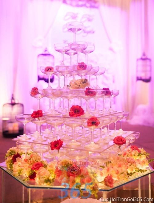 Trang trí bánh kem ngày cưới với hoa tươi tông màu đỏ để trang trí lễ cưới, tiệc cưới nhà hàng TTBC20 : Mẫu cưới hỏi trọn gói 365 của công ty dịch vụ trang trí nhà tiệc cưới hỏi đẹp rẻ uy tín ở tại quận Tân Phú Sài Gòn TPHCM Gò Vấp