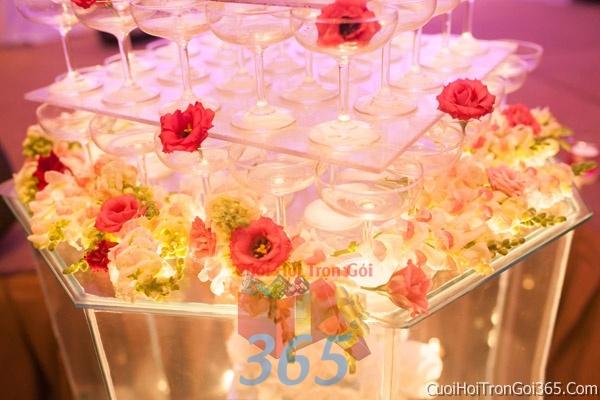 Trang trí bánh kem ngày cưới với hoa tươi tông màu đỏ để trang trí lễ cưới, tiệc cưới nhà hàng TTBC21 : Mẫu cưới hỏi trọn gói 365 của công ty dịch vụ trang trí nhà tiệc cưới hỏi đẹp rẻ uy tín ở tại quận Tân Phú Sài Gòn TPHCM Gò Vấp