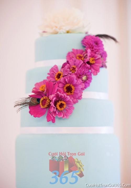 Trang trí bánh kem ngày cưới với hoa tươi tông màu hồng sen để trang trí lễ cưới, tiệc cưới nhà hàng TTBC01 : Mẫu cưới hỏi trọn gói 365 của công ty dịch vụ trang trí nhà tiệc cưới hỏi đẹp rẻ uy tín ở tại quận Tân Phú Sài Gòn TPHCM Gò Vấp