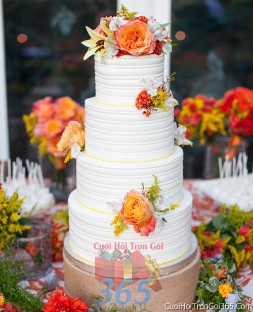 Trang trí bánh kem ngày cưới với hoa tươi tông màu trắng cam để trang trí lễ cưới, tiệc cưới nhà hàng TTBC03 : Mẫu cưới hỏi trọn gói 365 của công ty dịch vụ trang trí nhà tiệc cưới hỏi đẹp rẻ uy tín ở tại quận Tân Phú Sài Gòn TPHCM Gò Vấp