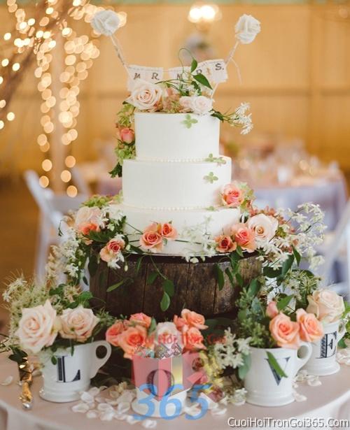Trang trí bánh kem ngày cưới với hoa tươi tông màu trắng cam nhẹ nhàng để trang trí lễ cưới, tiệc cưới nhà hàng TTBC02 : Mẫu cưới hỏi trọn gói 365 của công ty dịch vụ trang trí nhà tiệc cưới hỏi đẹp rẻ uy tín ở tại quận Tân Phú Sài Gòn TPHCM Gò Vấp