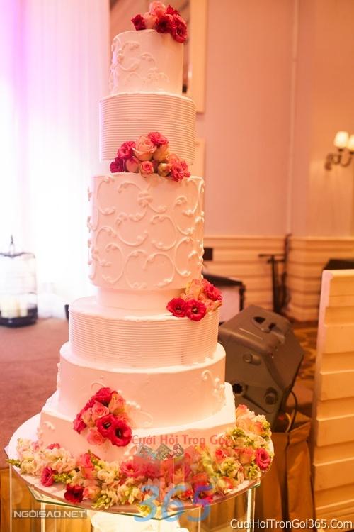 Trang trí bánh kem ngày cưới với hoa tươi tông màu trắng đỏ sang trọng để trang trí lễ cưới, tiệc cưới nhà hàng TTBC12 : Mẫu cưới hỏi trọn gói 365 của công ty dịch vụ trang trí nhà tiệc cưới hỏi đẹp rẻ uy tín ở tại quận Tân Phú Sài Gòn TPHCM Gò Vấp