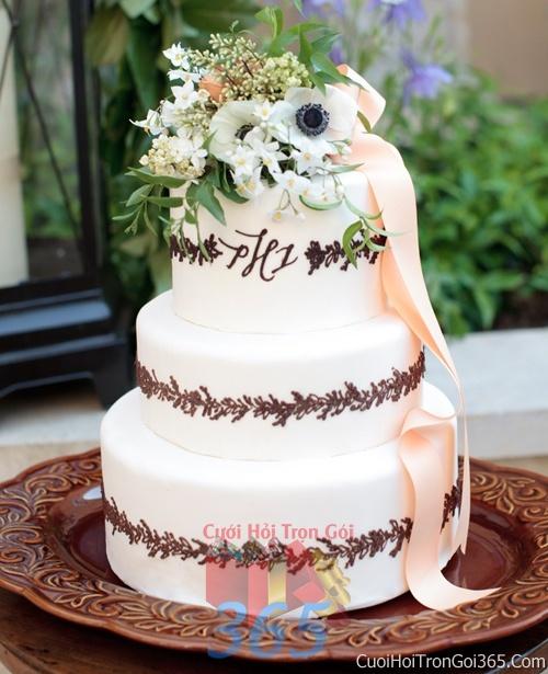 Trang trí bánh kem ngày cưới với hoa tươi tông màu trắng nâu để trang trí lễ cưới, tiệc cưới nhà hàng TTBC04 : Mẫu cưới hỏi trọn gói 365 của công ty dịch vụ trang trí nhà tiệc cưới hỏi đẹp rẻ uy tín ở tại quận Tân Phú Sài Gòn TPHCM Gò Vấp