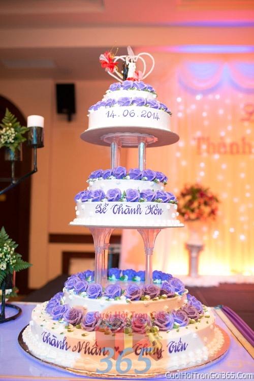 Trang trí bánh kem ngày cưới với hoa tươi tông màu trắng tím lãng mạn để trang trí lễ cưới, tiệc cưới nhà hàng TTBC06 : Mẫu cưới hỏi trọn gói 365 của công ty dịch vụ trang trí nhà tiệc cưới hỏi đẹp rẻ uy tín ở tại quận Tân Phú Sài Gòn TPHCM Gò Vấp