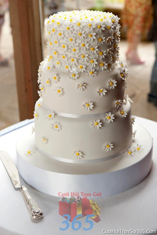 Trang trí bánh kem ngày cưới với hoa tươi tông màu trắng vàng để trang trí lễ cưới, tiệc cưới nhà hàng TTBC07 : Mẫu cưới hỏi trọn gói 365 của công ty dịch vụ trang trí nhà tiệc cưới hỏi đẹp rẻ uy tín ở tại quận Tân Phú Sài Gòn TPHCM Gò Vấp