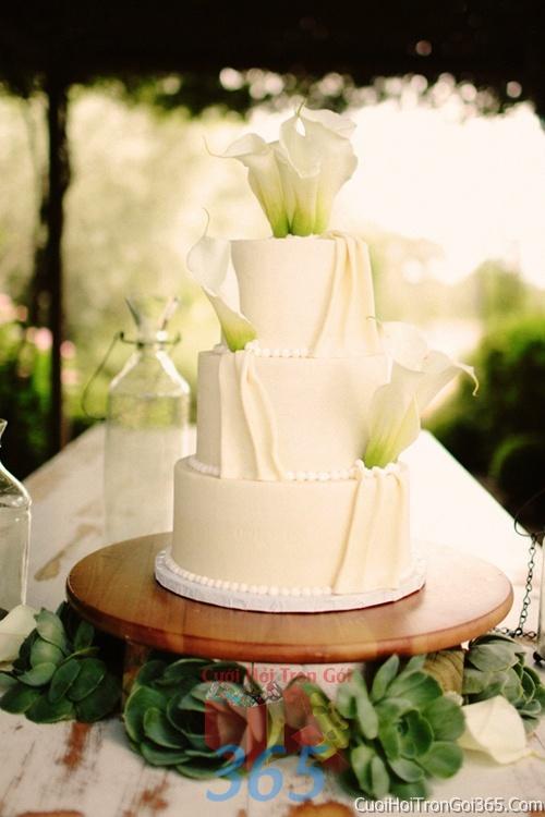 Trang trí bánh kem ngày cưới với hoa tươi tông màu trắng xanh để trang trí lễ cưới, tiệc cưới nhà hàng TTBC09 : Mẫu cưới hỏi trọn gói 365 của công ty dịch vụ trang trí nhà tiệc cưới hỏi đẹp rẻ uy tín ở tại quận Tân Phú Sài Gòn TPHCM Gò Vấp