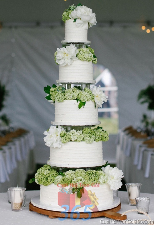 Trang trí bánh kem ngày cưới với hoa tươi tông màu trắng xanh để trang trí lễ cưới, tiệc cưới nhà hàng TTBC10 : Mẫu cưới hỏi trọn gói 365 của công ty dịch vụ trang trí nhà tiệc cưới hỏi đẹp rẻ uy tín ở tại quận Tân Phú Sài Gòn TPHCM Gò Vấp