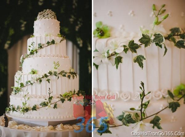 Trang trí bánh kem ngày cưới với hoa tươi tông màu trắng xanh để trang trí lễ cưới, tiệc cưới nhà hàng TTBC11 : Mẫu cưới hỏi trọn gói 365 của công ty dịch vụ trang trí nhà tiệc cưới hỏi đẹp rẻ uy tín ở tại quận Tân Phú Sài Gòn TPHCM Gò Vấp