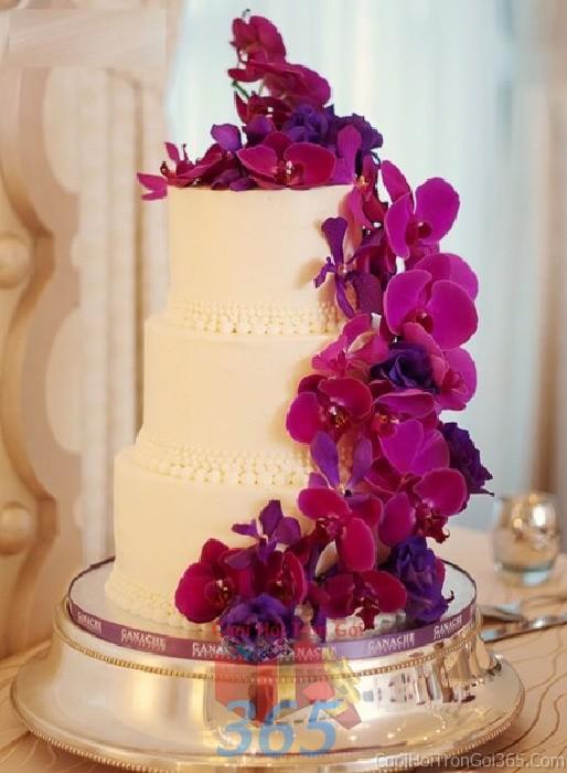 Trang trí bánh kem tông tím lãng mạn, huyển bí  với hoa tươi lan hồ điệp sang trọng cho sân khấu tiệc nhà hàng ngày đám cướiTRBC33 : Mẫu cưới hỏi trọn gói 365 của công ty dịch vụ trang trí nhà tiệc cưới hỏi đẹp rẻ uy tín ở tại quận Tân Phú Sài Gòn TPHCM Gò Vấp
