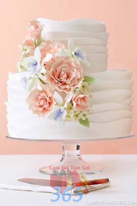Trang trí bánh kem tông trắng hồng pastel với hoa hồng tin xảo, trang nhã cho sân khấu tiệc nhà hàng ngày đám cướiTRBC26 : Mẫu cưới hỏi trọn gói 365 của công ty dịch vụ trang trí nhà tiệc cưới hỏi đẹp rẻ uy tín ở tại quận Tân Phú Sài Gòn TPHCM Gò Vấp