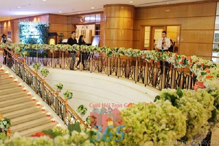 Trang trí chi tiết cầu thang tiệc với hoa tươi ngày đám cưới, lễ ăn hỏi, đínhCTN12 : Mẫu cưới hỏi trọn gói 365 của công ty dịch vụ trang trí nhà tiệc cưới hỏi đẹp rẻ uy tín ở tại quận Tân Phú Sài Gòn TPHCM Gò Vấp