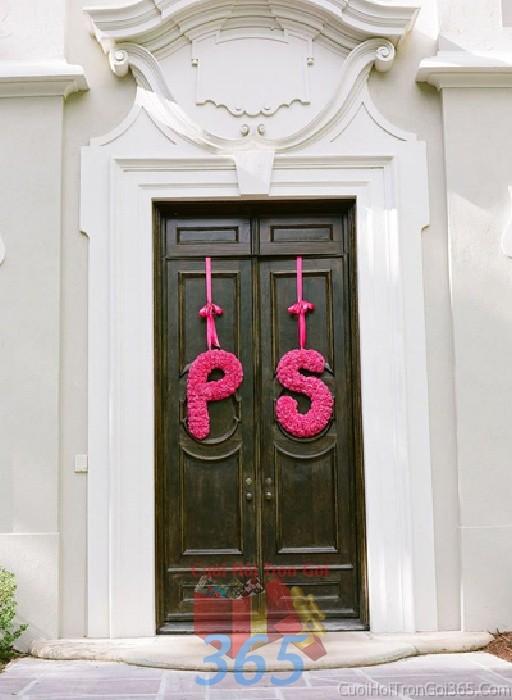 Trang trí chi tiết cửa nhà với chữ hoa tươi trong ngày đám cưới, lễ ăn hỏi, đínhCTN13 : Mẫu cưới hỏi trọn gói 365 của công ty dịch vụ trang trí nhà tiệc cưới hỏi đẹp rẻ uy tín ở tại quận Tân Phú Sài Gòn TPHCM Gò Vấp