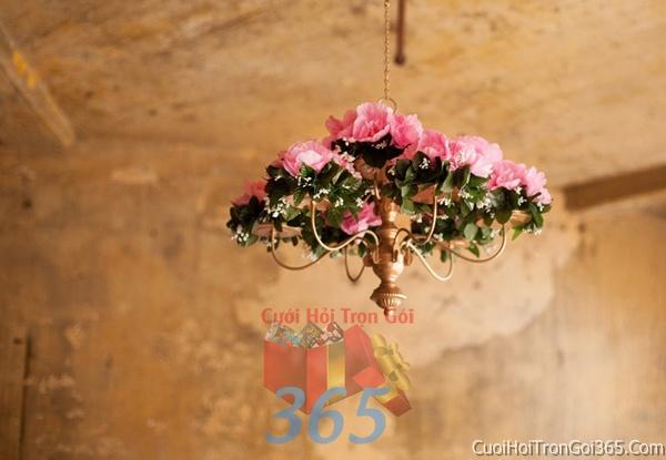 Trang trí chi tiết nhà chùm đèn hoa tươi màu hồng trong ngày cưới, lễ đính hôn, ăn hỏi gia tiên CTN04 : Mẫu cưới hỏi trọn gói 365 của công ty dịch vụ trang trí nhà tiệc cưới hỏi đẹp rẻ uy tín ở tại quận Tân Phú Sài Gòn TPHCM Gò Vấp