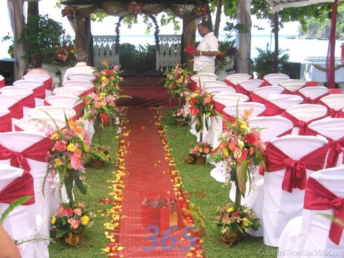 Trang trí lối đi tông màu hồng đa sắc từ các trụ hoa tươi rực rỡ để lên sân khấu đón khách, không gian làm lễ cho tiệc cưới tại nhà hàng và ngoài LDNH26 : Mẫu cưới hỏi trọn gói 365 của công ty dịch vụ trang trí nhà tiệc cưới hỏi đẹp rẻ uy tín ở tại quận Tân Phú Sài Gòn TPHCM Gò Vấp