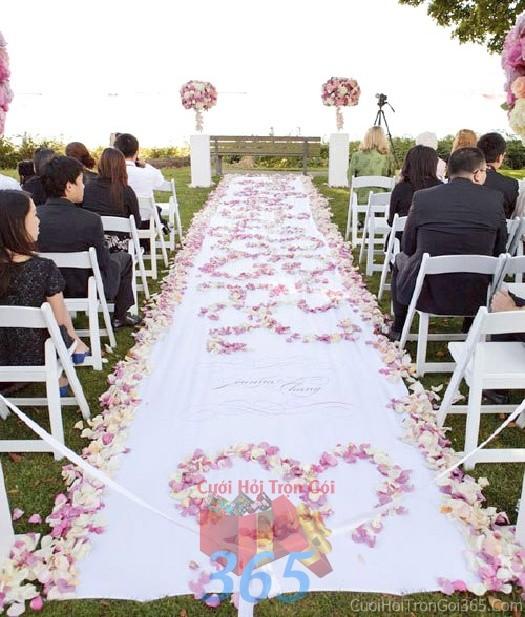 Trang trí lối đi trắng hồng pastel từ cánh hoa hồng để lên sân khấu đón khách, không gian làm lễ cho tiệc cưới tại nhà hàng và ngoài LDNH03 : Mẫu cưới hỏi trọn gói 365 của công ty dịch vụ trang trí nhà tiệc cưới hỏi đẹp rẻ uy tín ở tại quận Tân Phú Sài Gòn TPHCM Gò Vấp