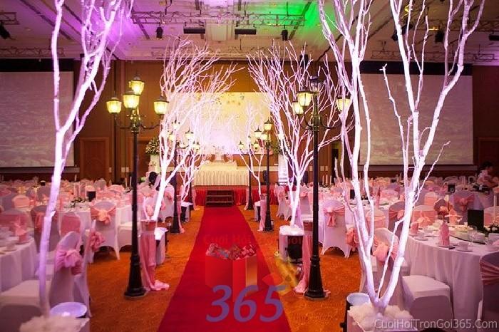 Trang trí lối đi trắng hồng pastel từ cây khô thủy tinh để lên sân khấu đón khách, không gian làm lễ cho tiệc cưới tại nhà hàng và ngoài LDNH04 : Mẫu cưới hỏi trọn gói 365 của công ty dịch vụ trang trí nhà tiệc cưới hỏi đẹp rẻ uy tín ở tại quận Tân Phú Sài Gòn TPHCM Gò Vấp