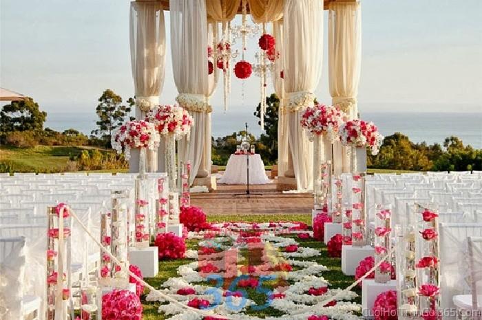 Trang trí lối đi trắng hồng từ hoa hồng, cúc trắng để lên sân khấu đón khách, không gian làm lễ cho tiệc cưới tại nhà hàng và ngoài LDNH07 : Mẫu cưới hỏi trọn gói 365 của công ty dịch vụ trang trí nhà tiệc cưới hỏi đẹp rẻ uy tín ở tại quận Tân Phú Sài Gòn TPHCM Gò Vấp