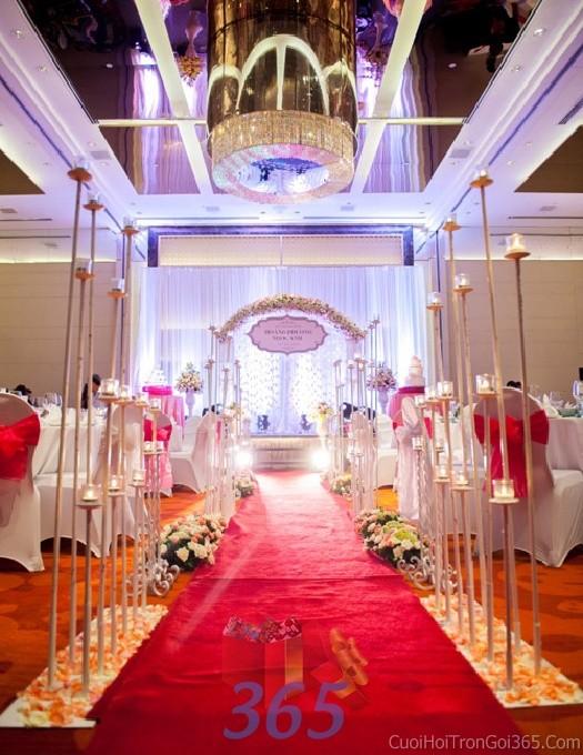 Trang trí lối đi trắng hồng từ hoa tươi cắm phủ dài lối đi và các trụ nến đẹp lung linh để lên không gian làm lễ cho tiệc cưới tại nhà LDNH08 : Mẫu cưới hỏi trọn gói 365 của công ty dịch vụ trang trí nhà tiệc cưới hỏi đẹp rẻ uy tín ở tại quận Tân Phú Sài Gòn TPHCM Gò Vấp