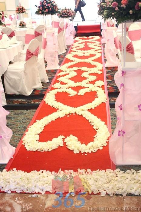 Trang trí lối đi trắng hồng từ những cách hoa hồng kết hình trái tim để lên sân khấu đón khách, không gian làm lễ cho tiệc cưới tại nhà hàng và ngoài LDNH10 : Mẫu cưới hỏi trọn gói 365 của công ty dịch vụ trang trí nhà tiệc cưới hỏi đẹp rẻ uy tín ở tại quận Tân Phú Sài Gòn TPHCM Gò Vấp