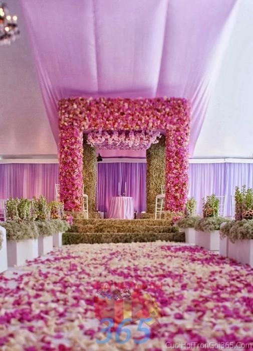 Trang trí lối đi trắng tím huyền ảo từ hành triệu cánh hoa tươi trang hoàng lộng lẫy không gian tiệc cưới tại nhà hàng, ngoài LDNH12 : Mẫu cưới hỏi trọn gói 365 của công ty dịch vụ trang trí nhà tiệc cưới hỏi đẹp rẻ uy tín ở tại quận Tân Phú Sài Gòn TPHCM Gò Vấp