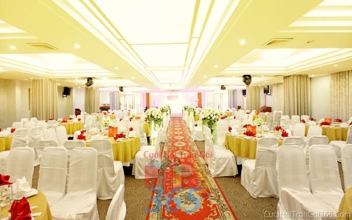 Trang trí lối đi trắng từ các trụ hoa trắng tinh khôi để lên sân khấu đón khách, không gian làm lễ cho tiệc cưới tại nhà hàng và ngoài LDNH14 : Mẫu cưới hỏi trọn gói 365 của công ty dịch vụ trang trí nhà tiệc cưới hỏi đẹp rẻ uy tín ở tại quận Tân Phú Sài Gòn TPHCM Gò Vấp