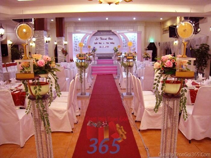 dịch vụ cưới hỏi trọn gói - Trang trí lối đi trắng vàng từ các trụ hoa rũ lá điệu đà để lên sân khấu đón khách, không gian làm lễ cho tiệc cưới tại nhà hàng và ngoài LDNH18