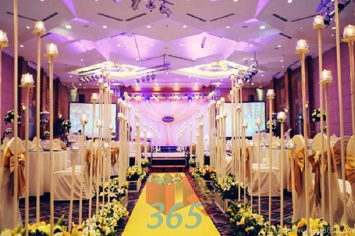 Trang trí lối đi vàng kem nhẹ nhàng từ hoa ly, hồng và các trụ đứng sang trọng lên sân khấu đón khách, không gian làm lễ cho tiệc cưới tại nhà hàng và ngoài LDNH32 : Mẫu cưới hỏi trọn gói 365 của công ty dịch vụ trang trí nhà tiệc cưới hỏi đẹp rẻ uy tín ở tại quận Tân Phú Sài Gòn TPHCM Gò Vấp