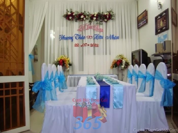 Trang trí nhà cưới hỏi tông xanh biễn với nơ hoa hồng voan mềm mại cho ngày lễ đính hôn, ăn hỏi gia tiên, đám TTNCH60 : Mẫu cưới hỏi trọn gói 365 của công ty dịch vụ trang trí nhà tiệc cưới hỏi đẹp rẻ uy tín ở tại quận Tân Phú Sài Gòn TPHCM Gò Vấp
