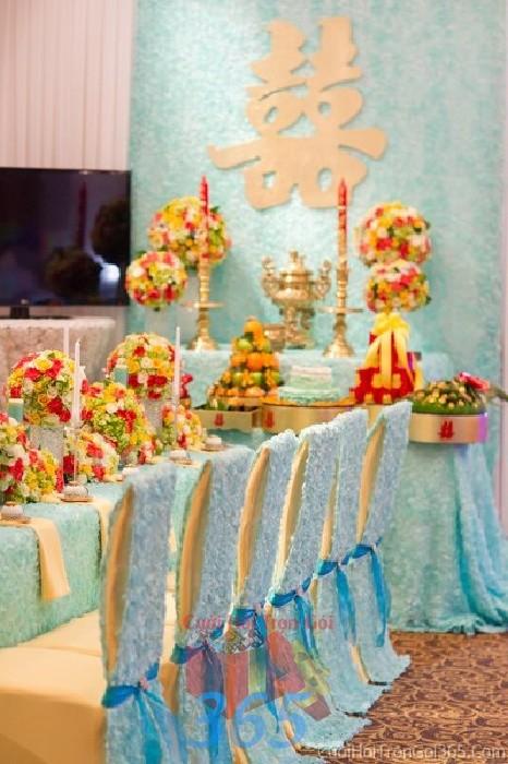 Trang trí nhà cưới hỏi tông xanh biển với vải nhung cao cấp và hoa tươi rực rỡ cho ngày lễ đính hôn, ăn hỏi gia tiên, đám TTNCH59 : Mẫu cưới hỏi trọn gói 365 của công ty dịch vụ trang trí nhà tiệc cưới hỏi đẹp rẻ uy tín ở tại quận Tân Phú Sài Gòn TPHCM Gò Vấp