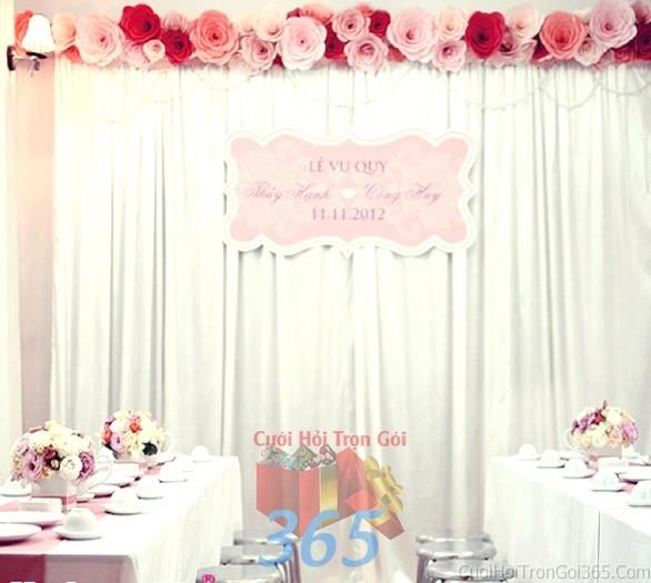 Trang trí phông cưới ăn hỏi màu trắng hồng pastel với những bông hoa giấy tròn xinh với hoa giấy kếtPC03 : Mẫu cưới hỏi trọn gói 365 của công ty dịch vụ trang trí nhà tiệc cưới hỏi đẹp rẻ uy tín ở tại quận Tân Phú Sài Gòn TPHCM Gò Vấp