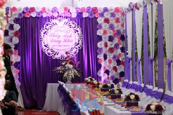 Trang trí phông cưới ăn hỏi tím hồng đa sắc mẫu lãng mạn, cao cấp với hoa giấy kếtPC09 : Mẫu cưới hỏi trọn gói 365 của công ty dịch vụ trang trí nhà tiệc cưới hỏi đẹp rẻ uy tín ở tại quận Tân Phú Sài Gòn TPHCM Gò Vấp