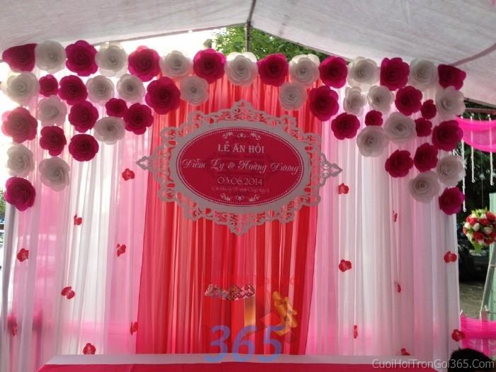 Trang trí phông cưới ăn hỏi trắng hồng dễ thương với các bông hoa giấy nhỏ nhắn, xinh tươi với hoa giấy kếtPC06 : Mẫu cưới hỏi trọn gói 365 của công ty dịch vụ trang trí nhà tiệc cưới hỏi đẹp rẻ uy tín ở tại quận Tân Phú Sài Gòn TPHCM Gò Vấp