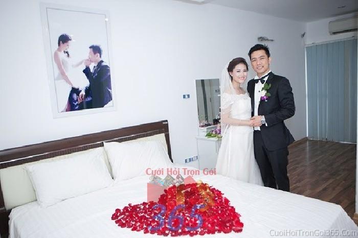 Trang trí phòng tân hôn với trái tim cánh hoa hồng trong nhà ngày đám cưới, lễ ăn hỏi, đínhCTN17 : Mẫu cưới hỏi trọn gói 365 của công ty dịch vụ trang trí nhà tiệc cưới hỏi đẹp rẻ uy tín ở tại quận Tân Phú Sài Gòn TPHCM Gò Vấp